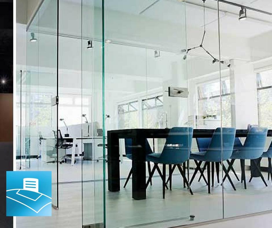 Sala de reuniones creativa configurada como open space con mamparas