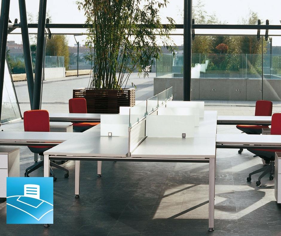 Oficina compuesta con mesas multipuesto estilo minimalista